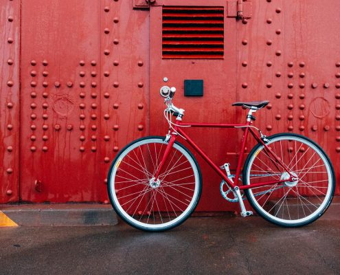 bicicleta roja en pared
