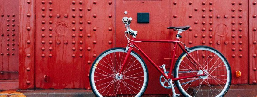 bicicleta roja en pared