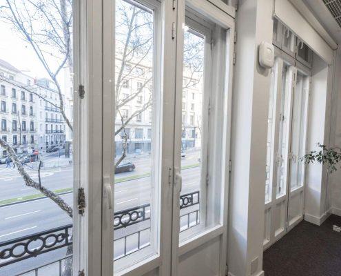 ventana con balcón en Madrid